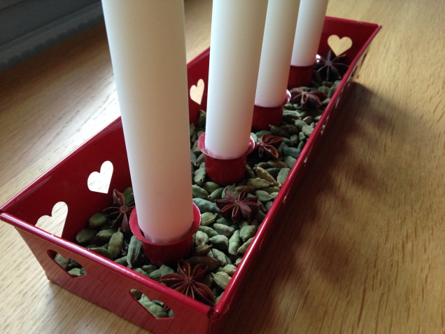 Green cardamom and star anise in the Advent holder.